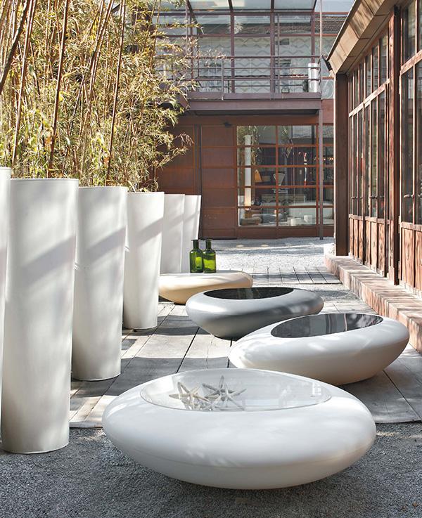 beli niski stolovi